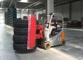 Čelní vozíky: speciální přídavná zařízení k efektivní manipulaci s pneu