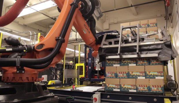 Robot KUKA manažerem pivních láhví