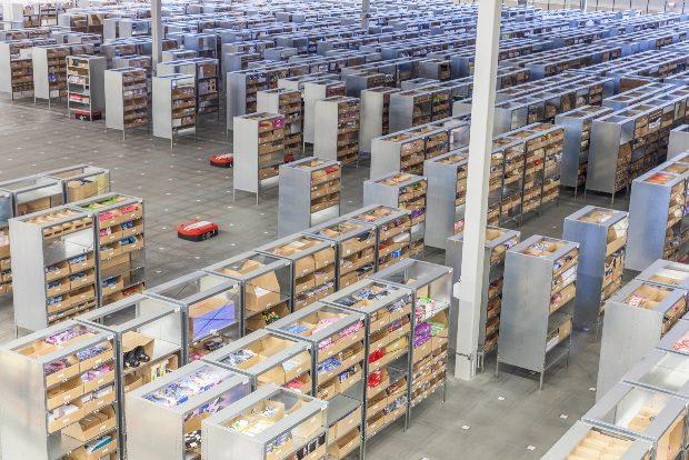 Robotická vozítka zpracovávají objednávky pro hračkářský e-shop