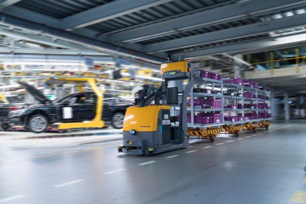 Vozík EZS 350a od Jungheinrichu slouží k automatizovanému zásobování výroby