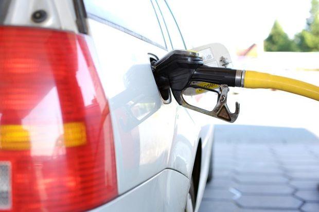 KOMENTÁŘ: Snižování cen benzínu a nafty nebere konce