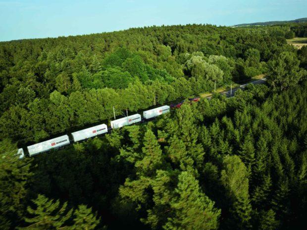 Udržitelnost v logistice: DB Schenker využívá CNG pohon i železnici