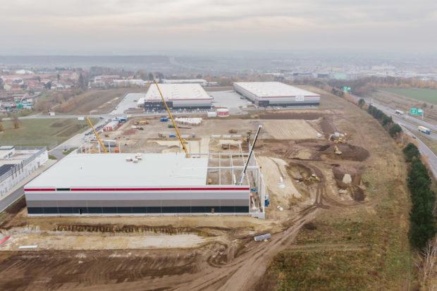 Výrobní hala japonské firmy Advanex vyrůstá v parku P3 Horní Počernice