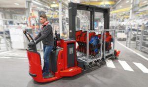 Spojení logistického vláčku a manipulačního vozíku z dílny Linde MH