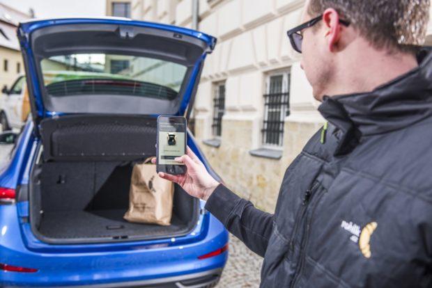 Zásilky přímo do kufru auta. Alza a Rohlik.cz spustí zkušební doručování