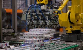 Roboty v centrálním skladu mixují jogurty na míru každému obchodu