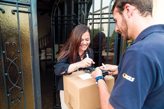 Doručování balíků přímo domů u Čechů stále vede, využívají ho tři čtvrtiny lidí