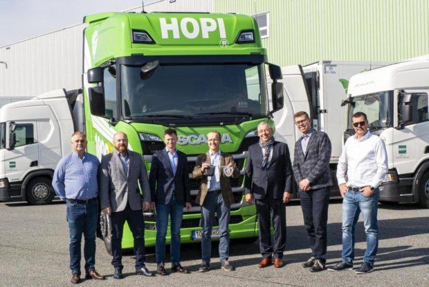 Hopi převzala tisící vozidlo Scania. Řidiče jubilejního vozu vybrala v interní soutěži