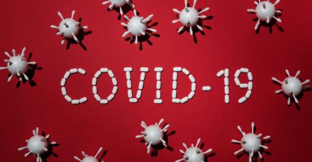 Počet pozitivních záchytů klesá, firmy volají po posílení systému konfirmačních PCR testů