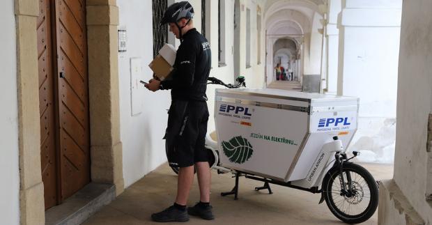 PPL dál rozšiřuje síť zelené logistiky. Cyklokurýry na elektrokolech nově potkáte v Brně, Olomouci, Hradci Králové i Liberci