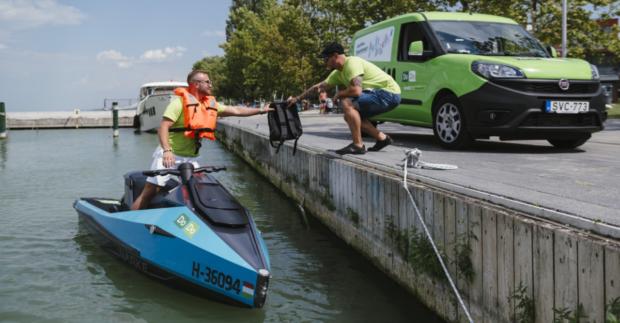 DoDo doručuje objednávky jachtařům pomocí elektrických vodních skútrů